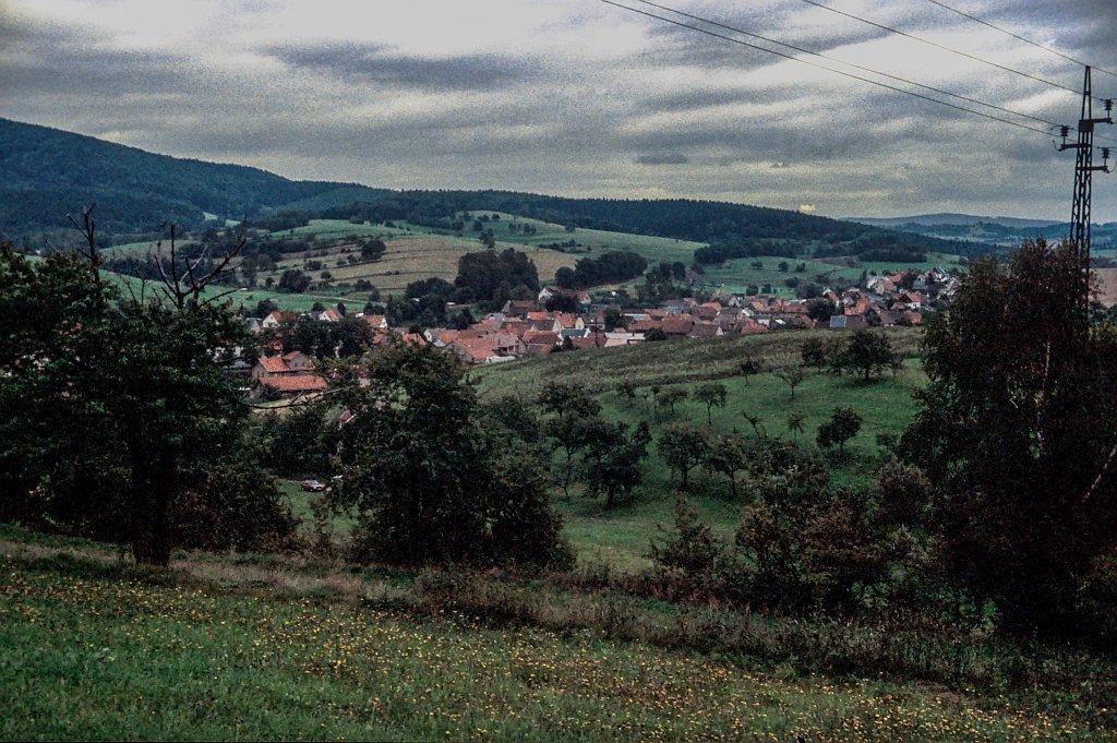 Landschaft mit Dorf (welches?)